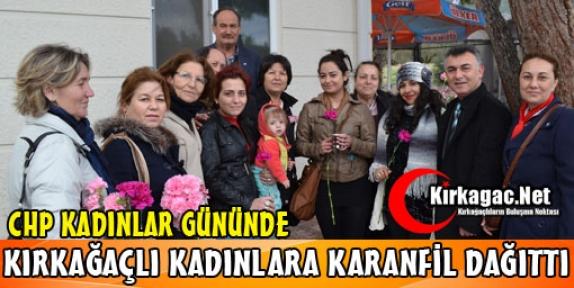 CHP'Lİ KADINLAR KARANFİL DAĞITTI