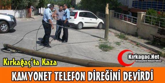 KAMYONET TELEFON DİREĞİNİ DEVİRDİ